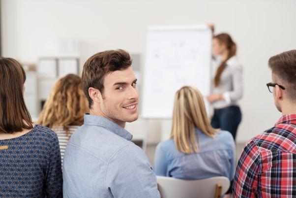 Junger Mann lernt in der Gruppe
