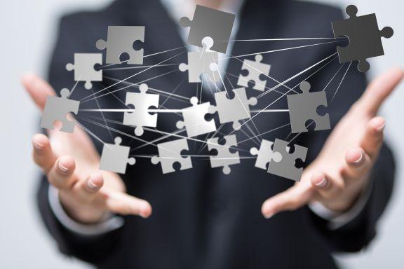Puzzleteile fügen sich zusammen durch Qualifizierung währen Kurzarbeit