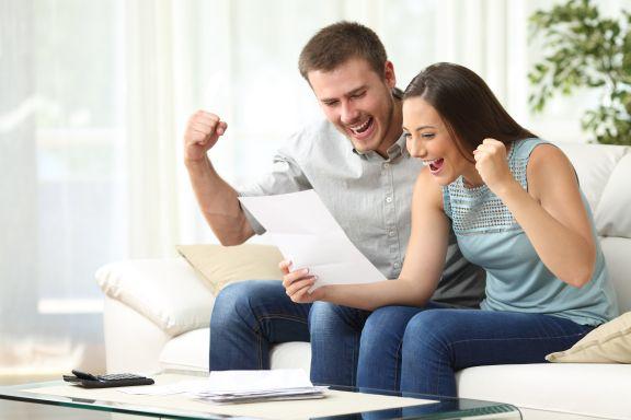 Ein Paar freut sich über einen Brief