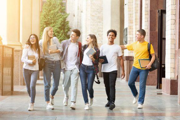 fröhliche junge Leute