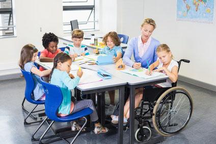 Die Sozialassistentin arbeitet mit Kindern