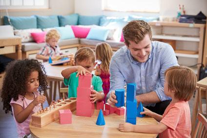Mit dem Erzieher lernen Kinder spielend