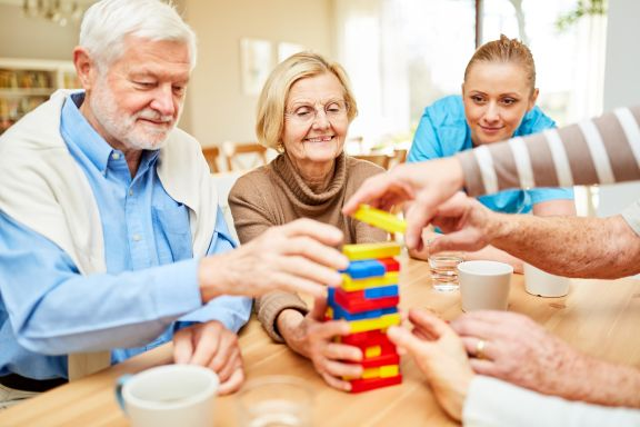 Alltagsbegleiterin betreut Senioren