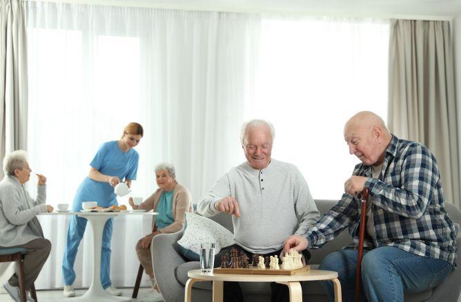 Sozialassistentin unterstützt ältere Menschen
