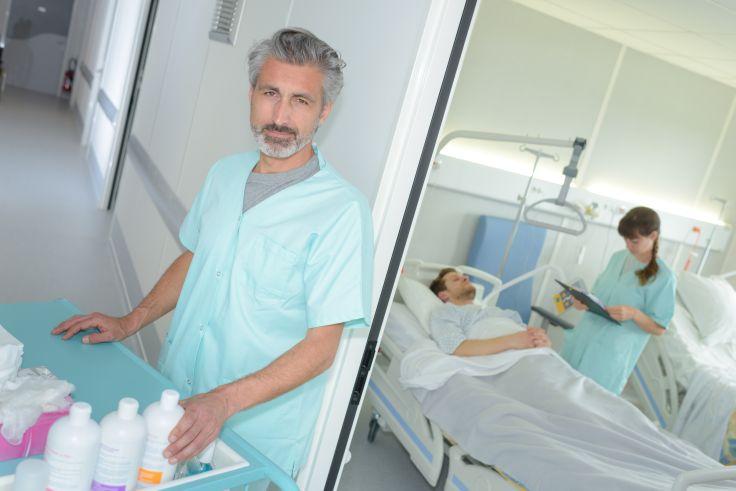 Pflegefachhelfer bei der Versorgung und Pflege von Patienten