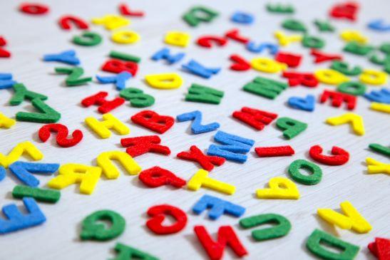 bunte ungeordnete Buchstaben