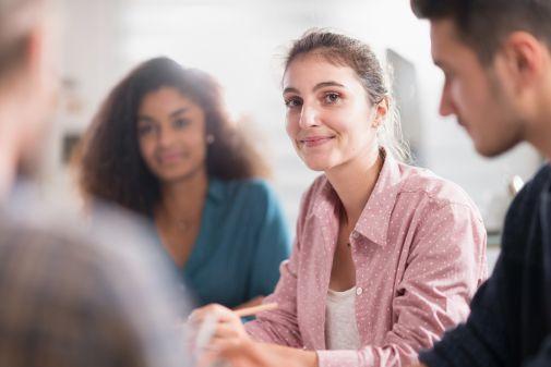 Beschäftigte lernen während Kurzarbeit