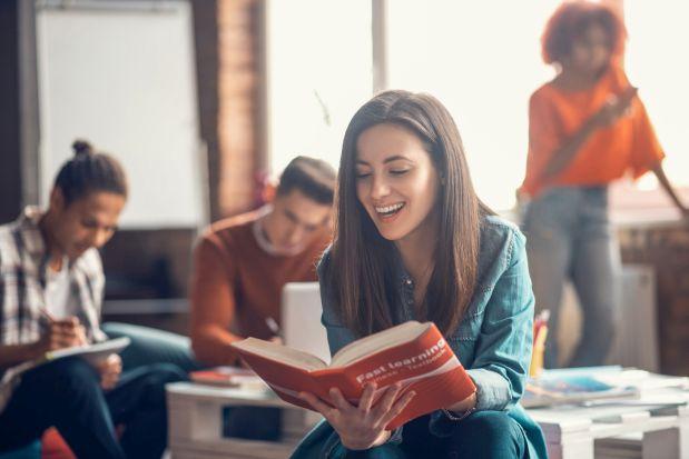 Junge Frau lernt aus einem Buch